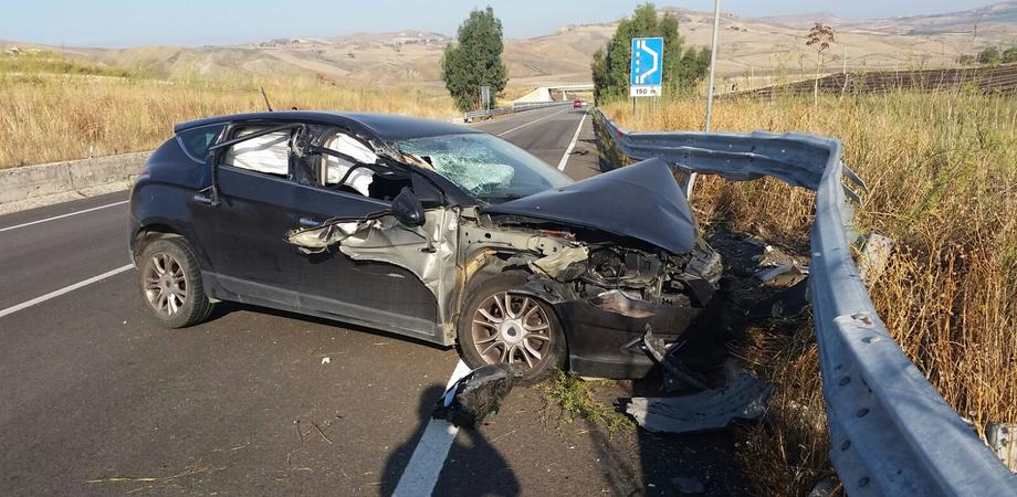 Caltanissetta. Perde il controllo dell'auto, schianto sulla bretella A19: conducente ferito