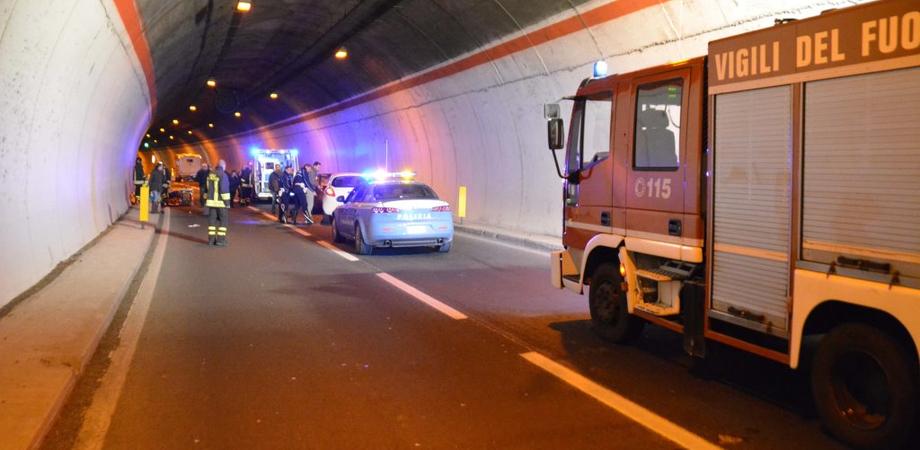 """Auto contro camion in galleria sulla statale 189, anziana grave al """"Sant'Elia"""". In ospedale anche la figlia"""