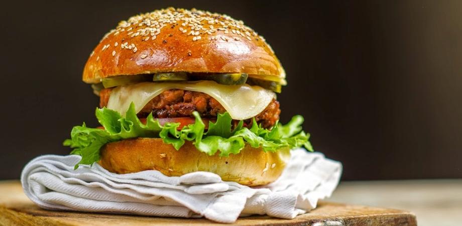 """Giovedì da Castiglia """"Hamburger Gourmet"""", la selezione di piatti curati dallo chef Bugiada"""