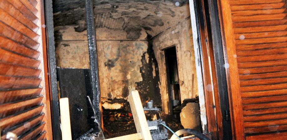 Casa-discarica bruciata sei volte in un mese a Caltanissetta. Nel centro storico esplode l'emergenza igienica