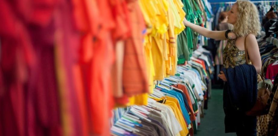 Shopping amaro per una trentenne nissena: si allontana dal camerino e le rubano il portafoglio
