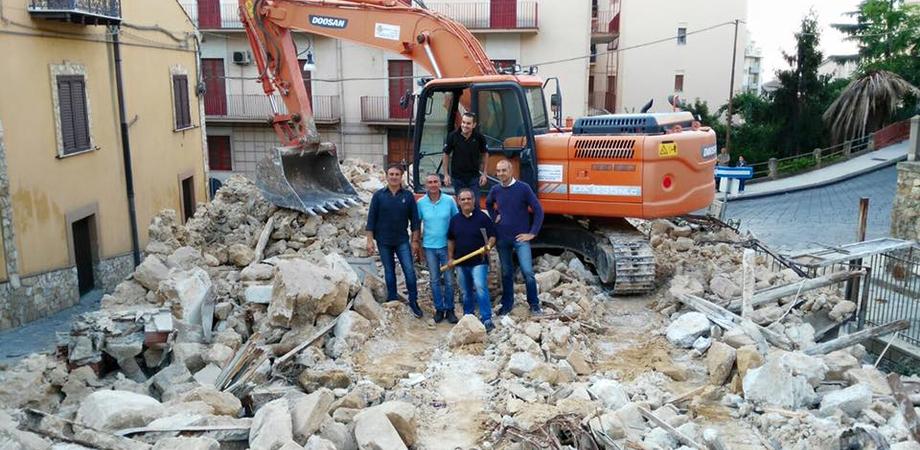 Oplà, demolito il rudere di via Messina che offuscava il Sacro Cuore. L'area diventerà uno spazio verde LE FOTO