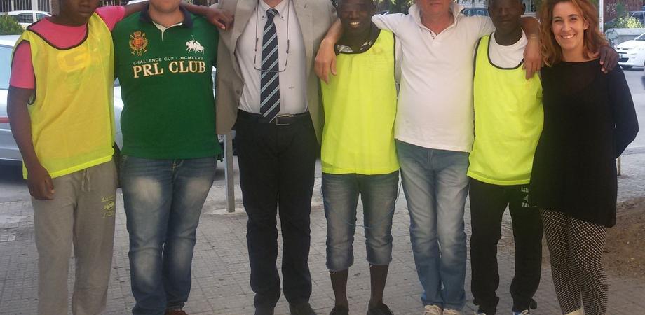 """Una """"rete"""" di solidarietà dona accessori sportivi per i giovani migranti di """"Casa nostra"""""""