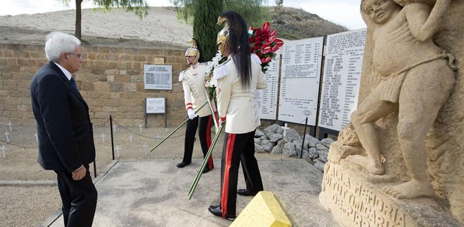 """""""Non dimenticare i bambini sfruttati morti per lavoro"""". Le foto dell'omaggio di Mattarella al cimitero di Gessolungo"""