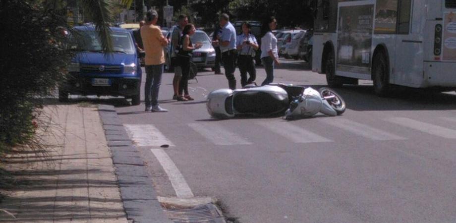 Caltanissetta. Incidente in via Leone XIII: rappresentante in scooter ferito dopo scontro con auto