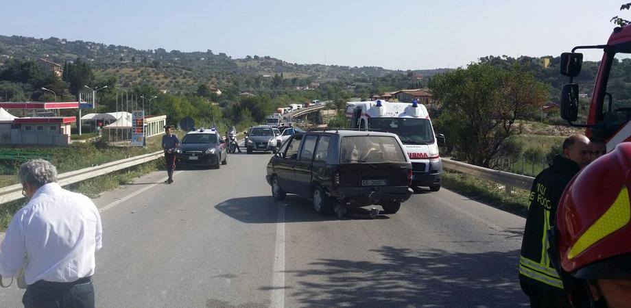 San Cataldo. Incidente sulla statale 640, due feriti. Auto contro guardrail dopo impatto con monovolume