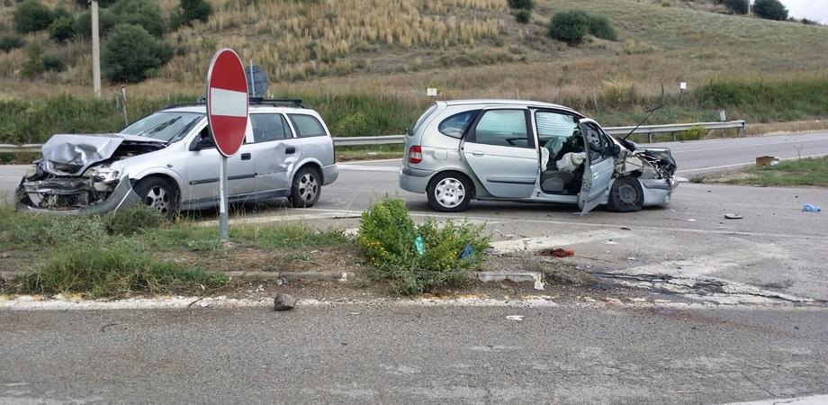 Scontro tra auto al bivio Capodarso, grave una donna. Feriti il marito e il figlio, in ospedale anche un giovane
