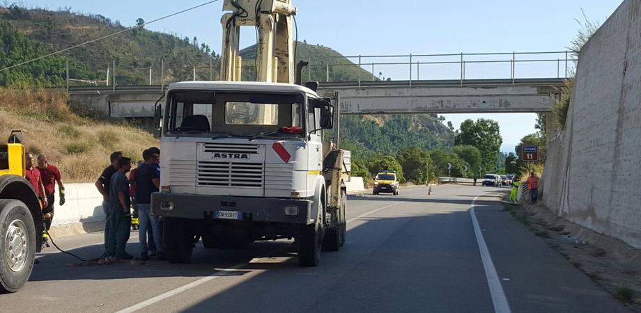 Autogrù urta cavalcavia sulla Ss 626, ritorna transitabile la Caltanissetta-Gela. Chiuso il transito per il viadotto, Anas al lavoro