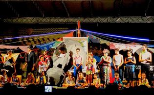 http://www.seguonews.it/a-catania-ntonia-e-pasqualinu-di-schizzidarte-incanta-il-pubblico-con-la-sua-giostra-di-colori