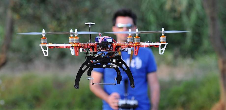 Usare i droni, sì ma con eccezioni. L'Enac istituisce regolamento per farli volare: mai sopra la testa delle persone