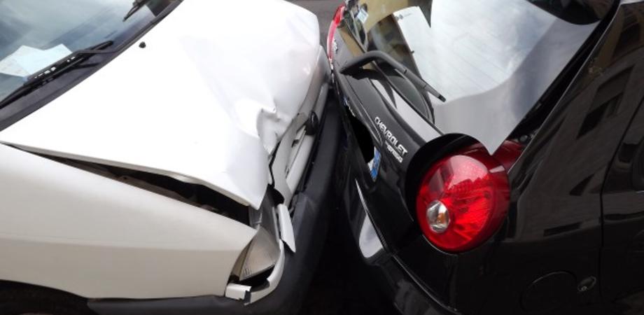 """Primo """"botto"""" dell'anno a Caltanissetta. Scontro tra auto in corso Vittorio Emanuele, due illesi"""