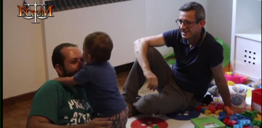 """Storia di una coppia gay. A Forum il nisseno Michele Giarratano e il marito: """"Così cresciamo nostro figlio"""" IL VIDEO"""