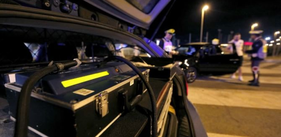 Notte spericolata in via Due Fontane. La Polstrada nissena ferma romeno ubriaco e armato di coltelli