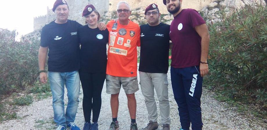 Il parà-podista fa tappa a Mussomeli. Bellière incontra i paracadutisti AnpdI Caltanissetta