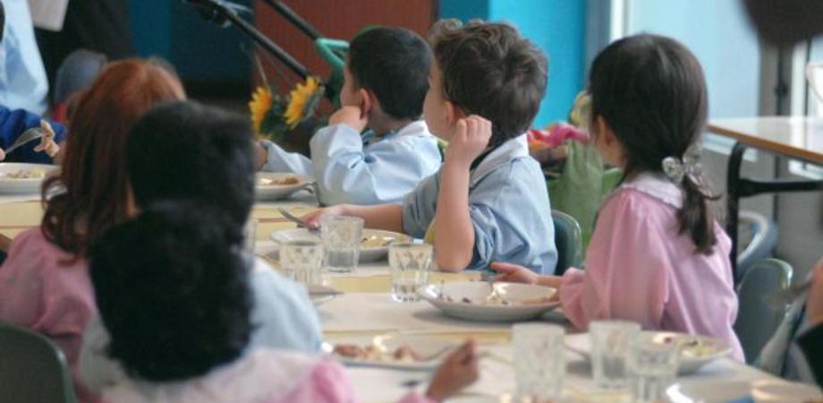 Mensa scolastica a Caltanissetta, partenza col flop. Pasti arrivano in ritardo, bimbi a digiuno: è polemica