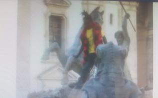 http://www.seguonews.it/la-lavanda-dei-piedi-nella-fontana-del-tritone-lo-show-in-piazza-di-un-immigrato-filmato-dai-passanti