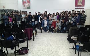 http://www.seguonews.it/gli-studenti-del-volta-incontrano-la-scrittrice-niscemese-cinzia-nazzareno