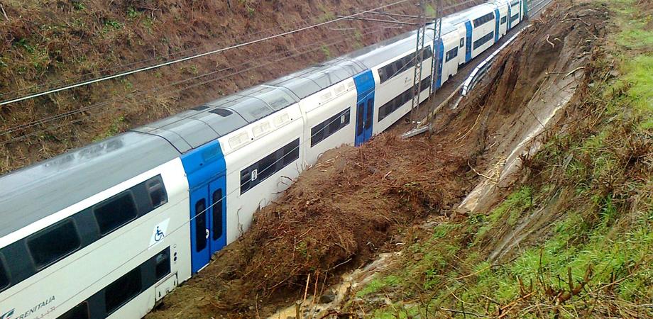 Torrente esonda, treno esce dai binari in provincia di Caltanissetta: contusi macchinista e pendolare
