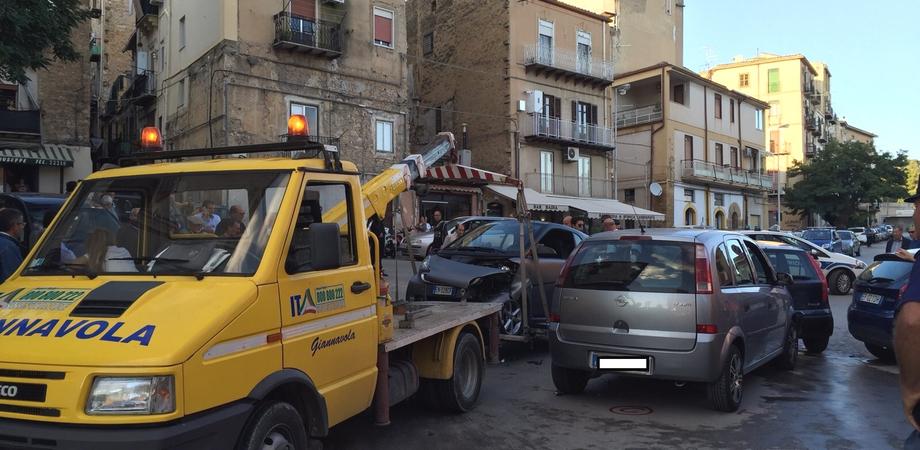 """Carambola alla rotatoria della Badia. Smart """"impazzita"""" centra due auto: due persone ferite"""