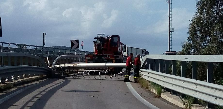 Torre faro abbattuta sulla A19, riaperta la rampa di collegamento per Caltanissetta. Ferrovie e strade in tilt per ore