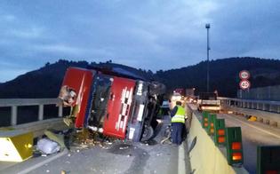 http://www.seguonews.it/tir-carico-di-frutta-si-ribalta-sulla-a19-chiusa-la-rampa-di-uscita-per-caltanissetta-camionista-ricoverato-in-ospedale