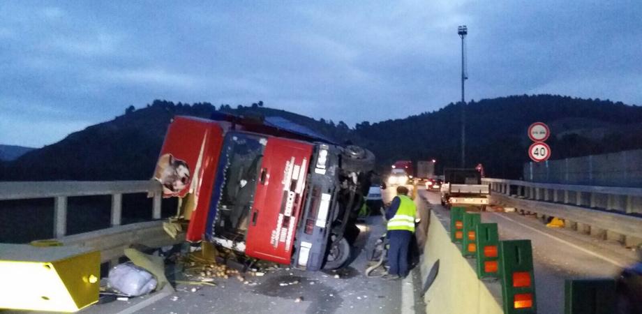 Tir carico di frutta si ribalta sulla A19, chiusa la rampa di uscita per Caltanissetta. Camionista ricoverato in ospedale