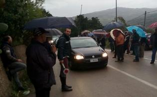 http://www.seguonews.it/la-rabbia-dei-forestali-esplode-fino-a-scillato-traffico-in-tilt-e-code-chilometriche-per-la-a19