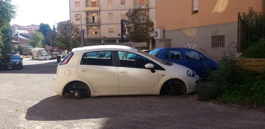 """Ladri a caccia di pneumatici a Caltanissetta, """"atterrata"""" un'auto in sosta: rubate le quattro ruote"""