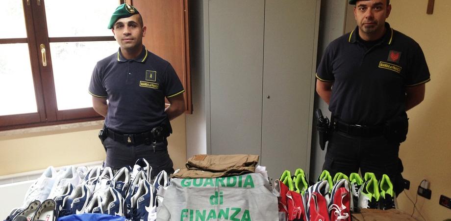 False griffe e Cd pirata tra le bancarelle delle fiere di Caltanissetta e San Cataldo: blitz della Finanza, ambulanti denunciati