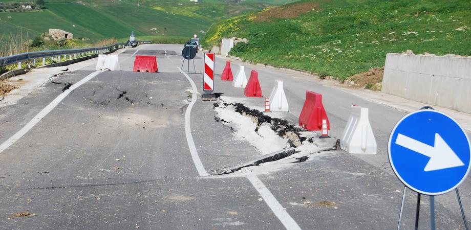 Caltanissetta. Strada dissestata a rischio crolli: chiusa al transito la Sp 231