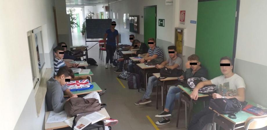A Caltanissetta una classe di futuri ragionieri studia in corridoio. L'imbarazzante storia ai tempi della #BuonaScuola