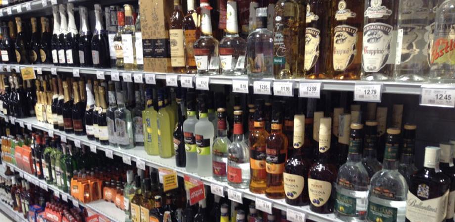 """Supermercati """"svaligiati"""" a Caltanissetta. Fermato taccheggiatore con una dozzina di bottiglie di whisky e amari"""