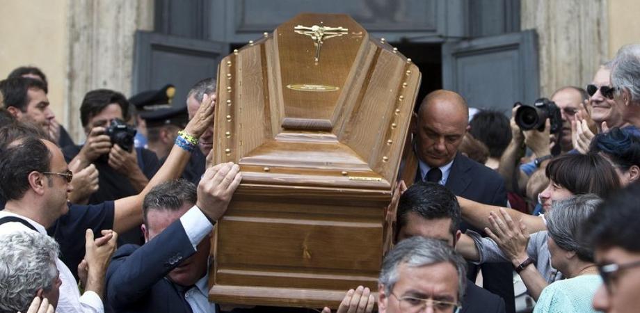 """Racket della """"buonanima"""". La Squadra Mobile nissena perquisisce agenzie funerarie: titolari indagati per estorsione"""