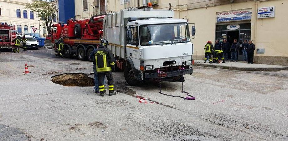 Rimosso l'autocompattatore sprofondato nella voragine, piazza Pirandello resterà off-limits per i lavori