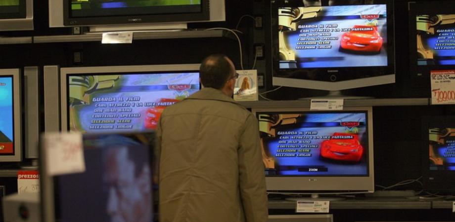 """""""Il mio televisore nuovo è difettoso"""". Pensionato nisseno minaccia negoziante con accetta: denunciato"""