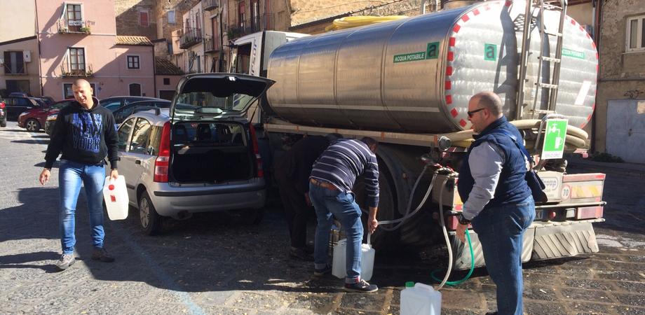 """La """"processione"""" del bidone in piazza Mercato Grazia. La domenica bestiale dei nisseni per un goccio d'acqua"""