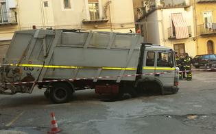 http://www.seguonews.it/crolla-di-nuovo-la-cloaca-in-piazza-pirandello-inghiottito-camion-di-caltambiente-illesi-operai-le-foto