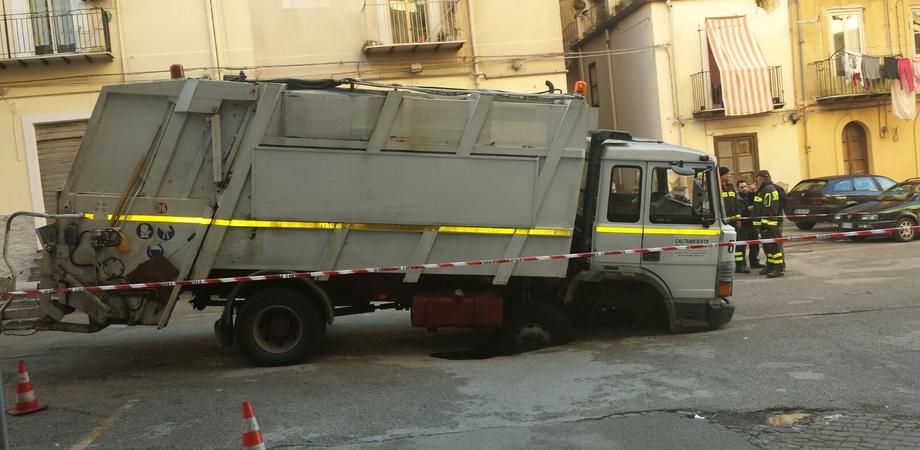 Crolla di nuovo la cloaca in piazza Pirandello: inghiottito camion di Caltambiente, illesi operai LE FOTO