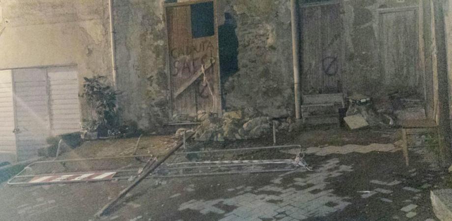 Si sbriciola il centro storico di Caltanissetta: al rione Angeli crolla il muro di una palazzina disabitata