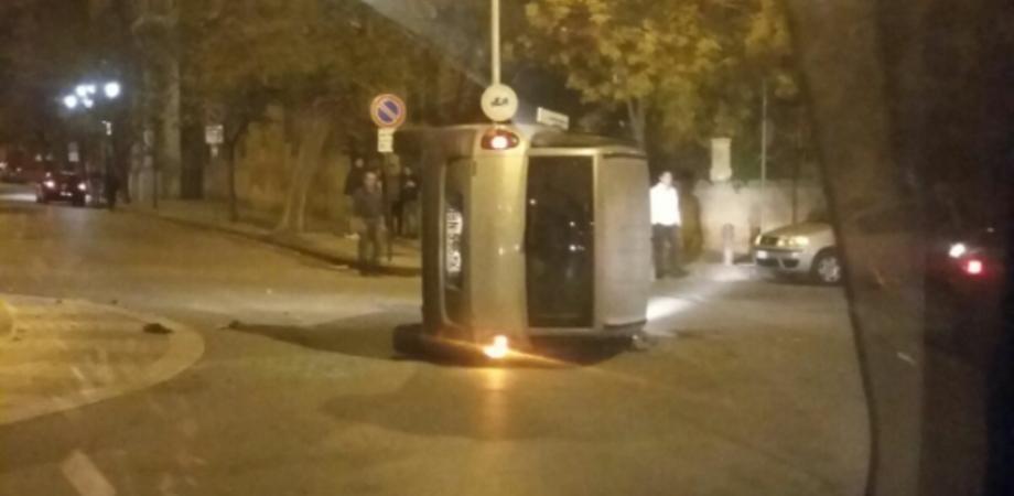 """Rotatoria """"maledetta"""" in viale Margherita: auto si ribalta dopo lo scontro: conducente in prognosi riservata"""