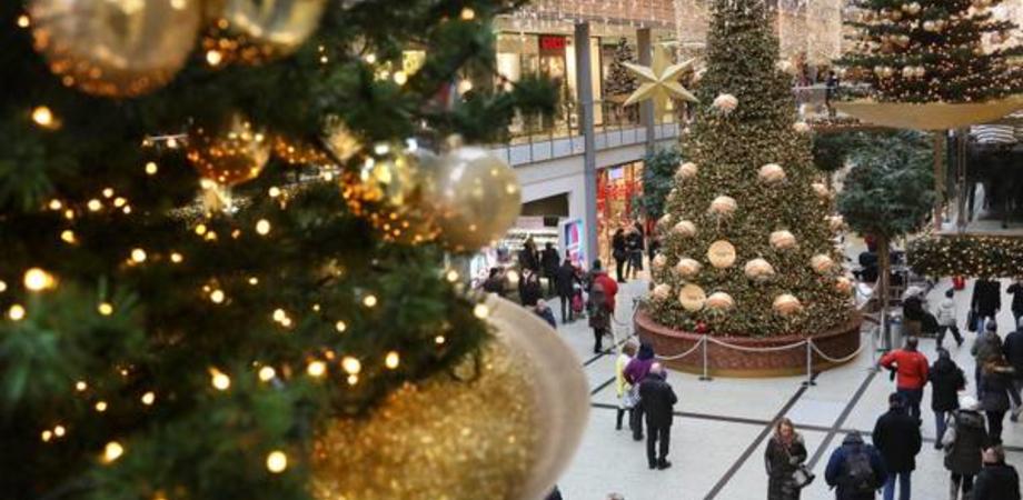Tutto pronto per lo shopping natalizio, budget da 219 euro a famiglia. Solo uno su quattro comprerà regali