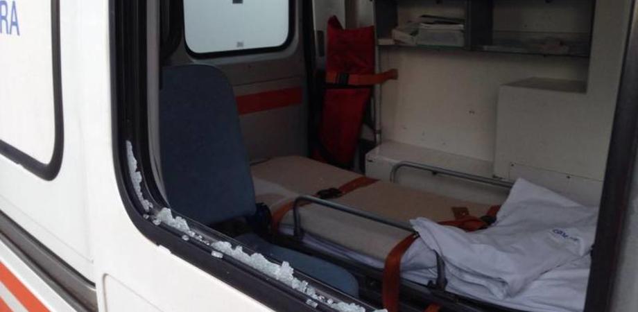 Turbolento intervento del 118 al quartiere San Domenico: un uomo sfonda il vetro dell'ambulanza