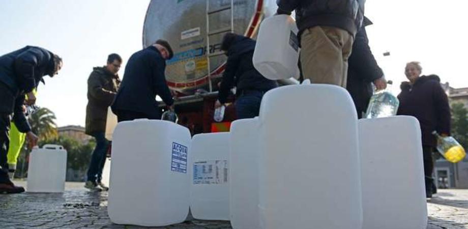 Acqua per tutti oggi pomeriggio a Caltanissetta. Un'autobotte in via Redentore per i residenti del centro storico