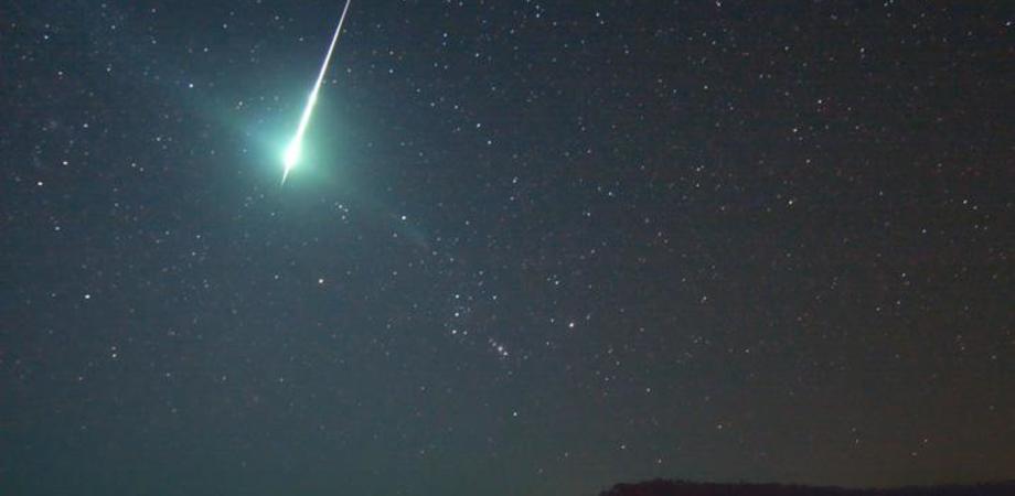 Una scia luminosa nel cielo di Caltanissetta. Tanti col naso all'insù, l'ipotesi: una stella più luminosa
