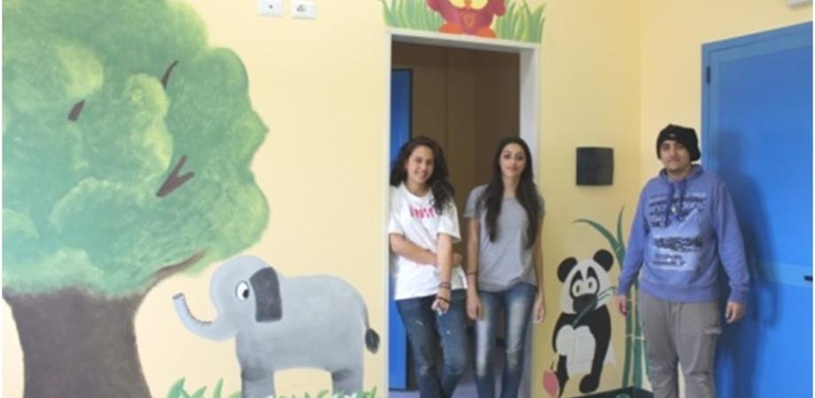 """Gli studenti dello Juvara dipingono il reparto di pediatria del S. Elia: realizzate stanze """"a tema"""" per i piccoli pazienti"""
