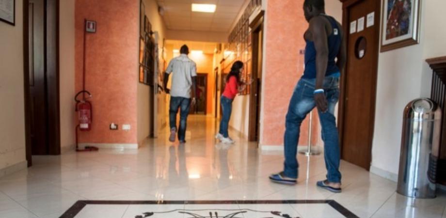 Riapre ex albergo per ospitare 120 migranti: proteste nel Nisseno. Chiesto incontro col prefetto di Caltanissetta