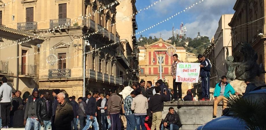 """Migranti in piazza a Caltanissetta contro il terrorismo. Centinaia di profughi dicono """"no"""" a tutte le violenza"""