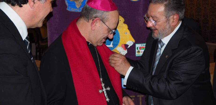 """Il Lions club assegna il Melvin Jones Fellows al Vescovo Russotto: """"Un grande impegno per i bisognosi"""""""