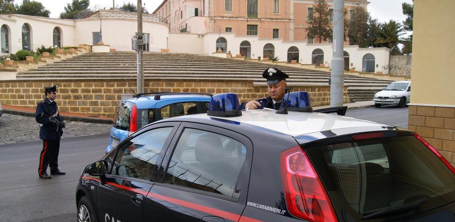 San Cataldo, prende a martellate porta per rubare in casa. Ladro tenta la fuga, preso dai carabinieri