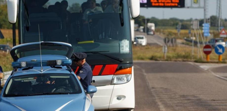 Gita con fuoriprogramma per studenti di Riesi: ubriaco l'autista del pullman, denunciato dalla Polizia